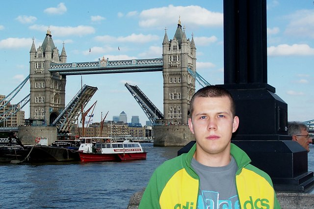Marcin na tle tower bridge